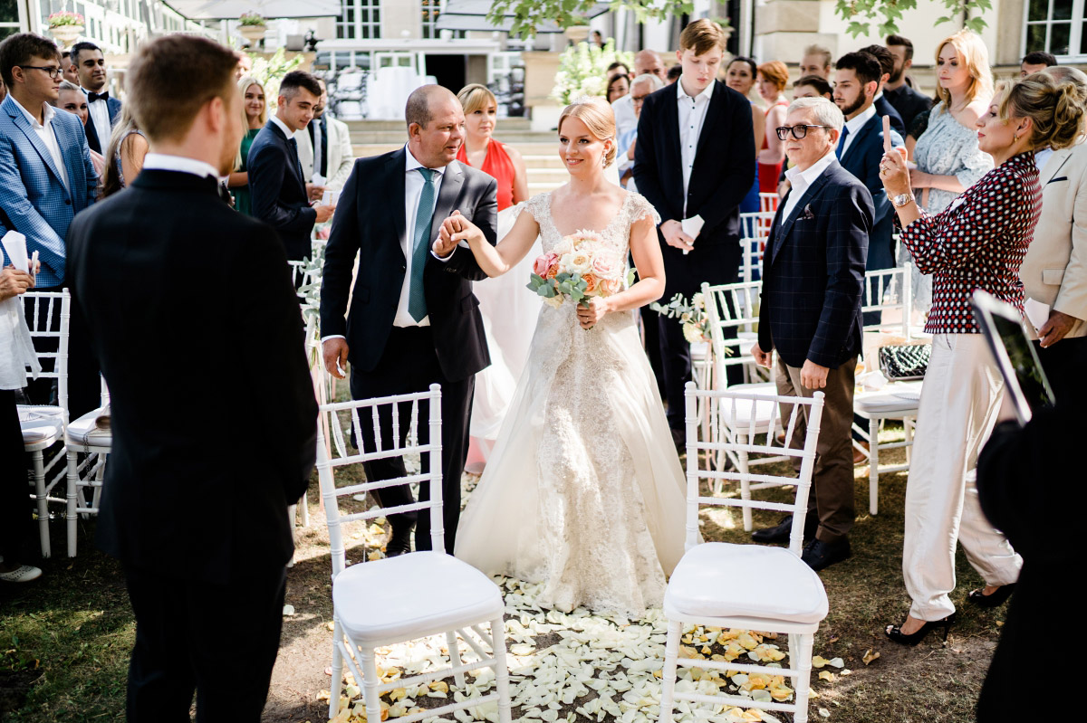 Hochzeitsfoto Einzug Braut - Schlosshotel Berlin Hochzeitsfotograf © www.hochzeitslicht.de