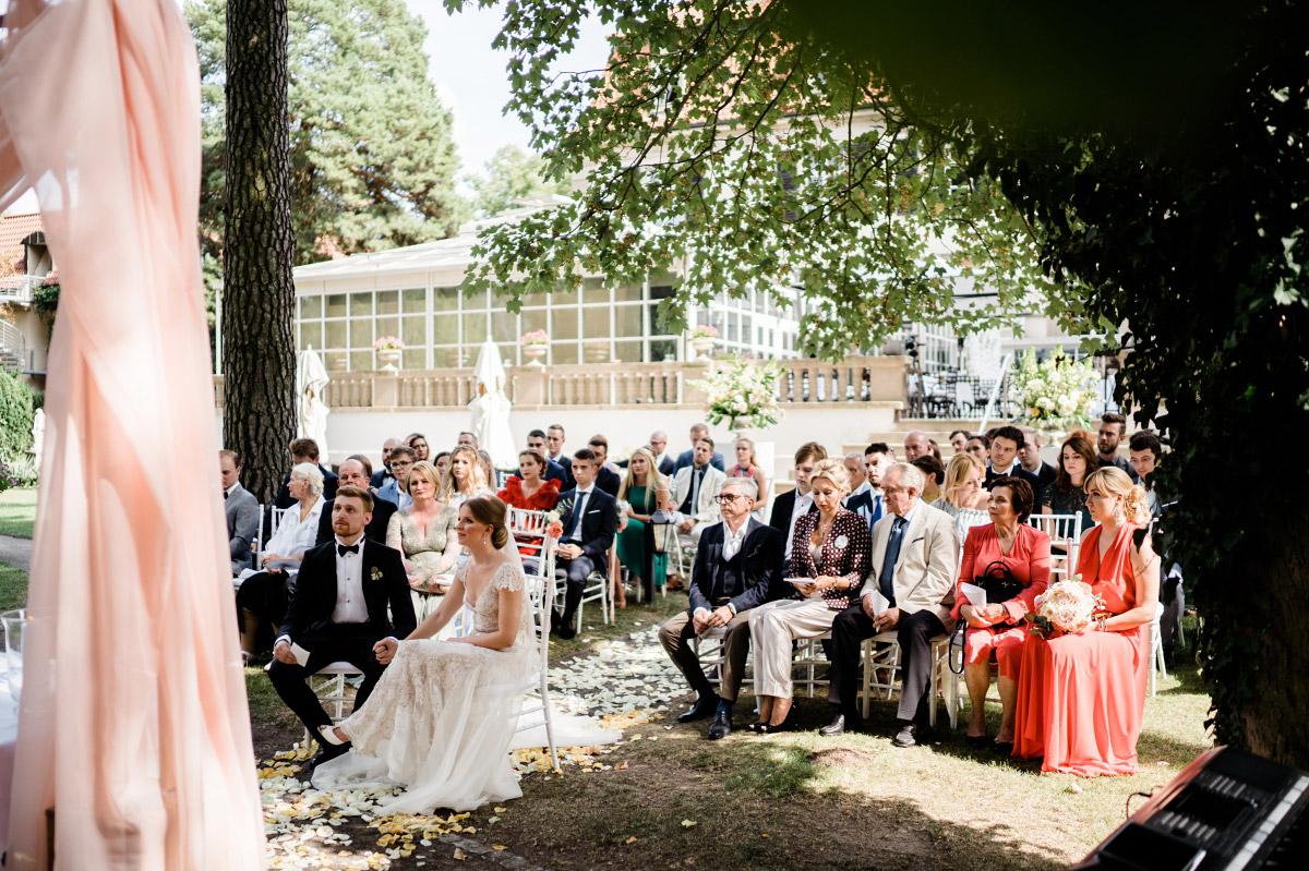 freie Trauung Garten Schlosshotel Grunewald Hochzeit - Schlosshotel Berlin Hochzeitsfotograf © www.hochzeitslicht.de
