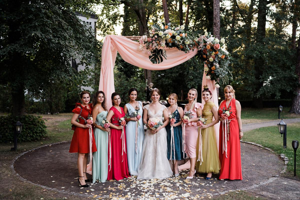 Gruppenfoto Hochzeit vor Traubogen - Schlosshotel Berlin Hochzeitsfotograf © www.hochzeitslicht.de