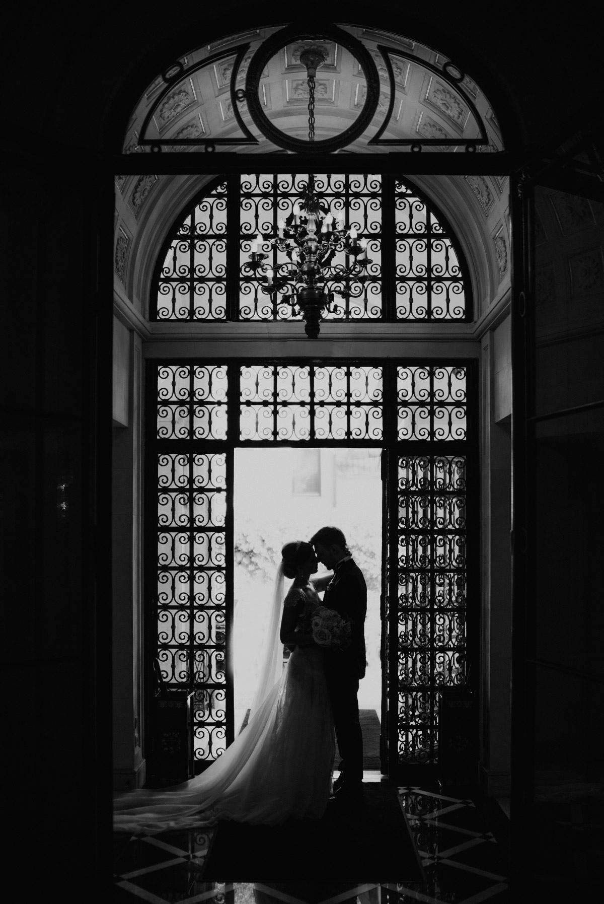 atmosphärisches Brautpaarfoto - Schlosshotel Berlin Hochzeitsfotograf © www.hochzeitslicht.de