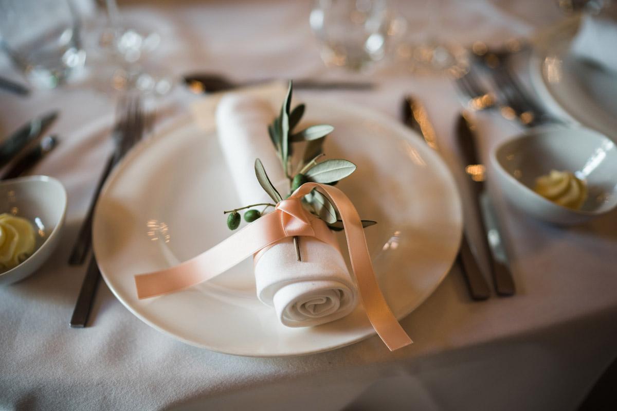 elegante Tischdekoration Hochzeit - Schlosshotel Berlin Hochzeitsfotograf © www.hochzeitslicht.de