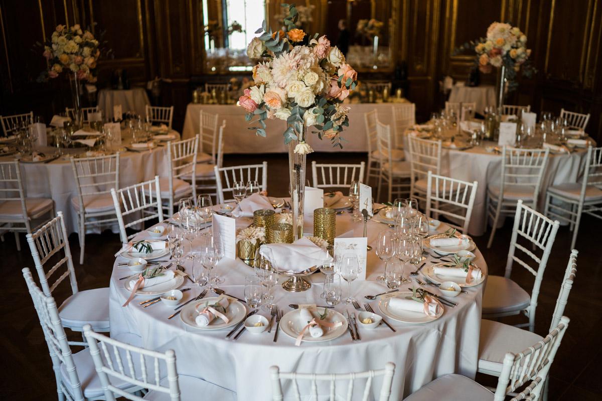 opulente Tischdekoration gold Hochzeitsfeier - Schlosshotel Berlin Hochzeitsfotograf © www.hochzeitslicht.de