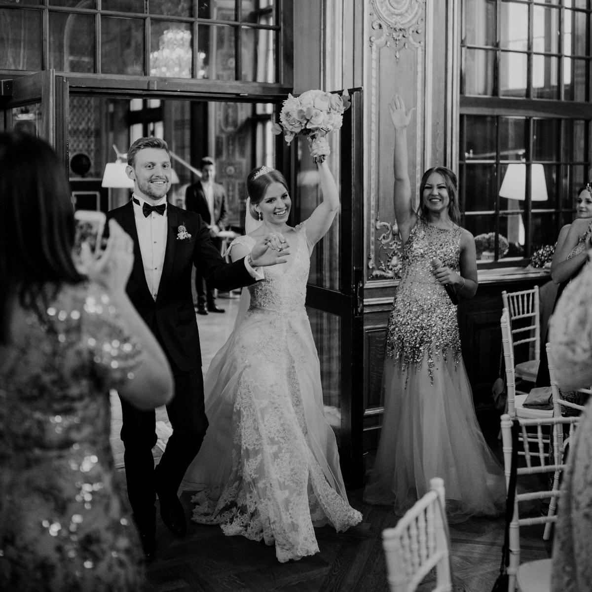 Einzug Brautpaar Hochzeitsfeier - Schlosshotel Berlin Hochzeitsfotograf © www.hochzeitslicht.de
