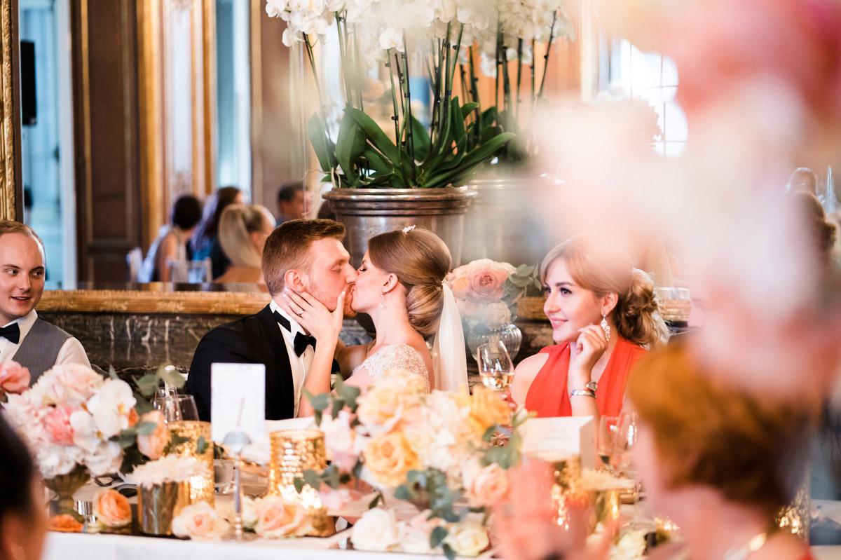 ungestelltes Hochzeitsreportagefoto - Schlosshotel Berlin Hochzeitsfotograf © www.hochzeitslicht.de