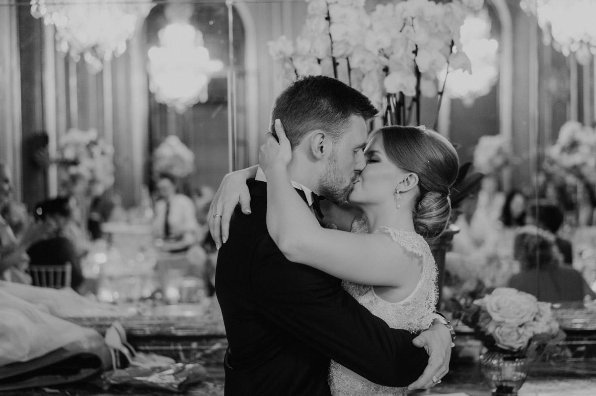 emotionales Hochzeitsfoto Brautpaar - Schlosshotel Berlin Hochzeitsfotograf © www.hochzeitslicht.de