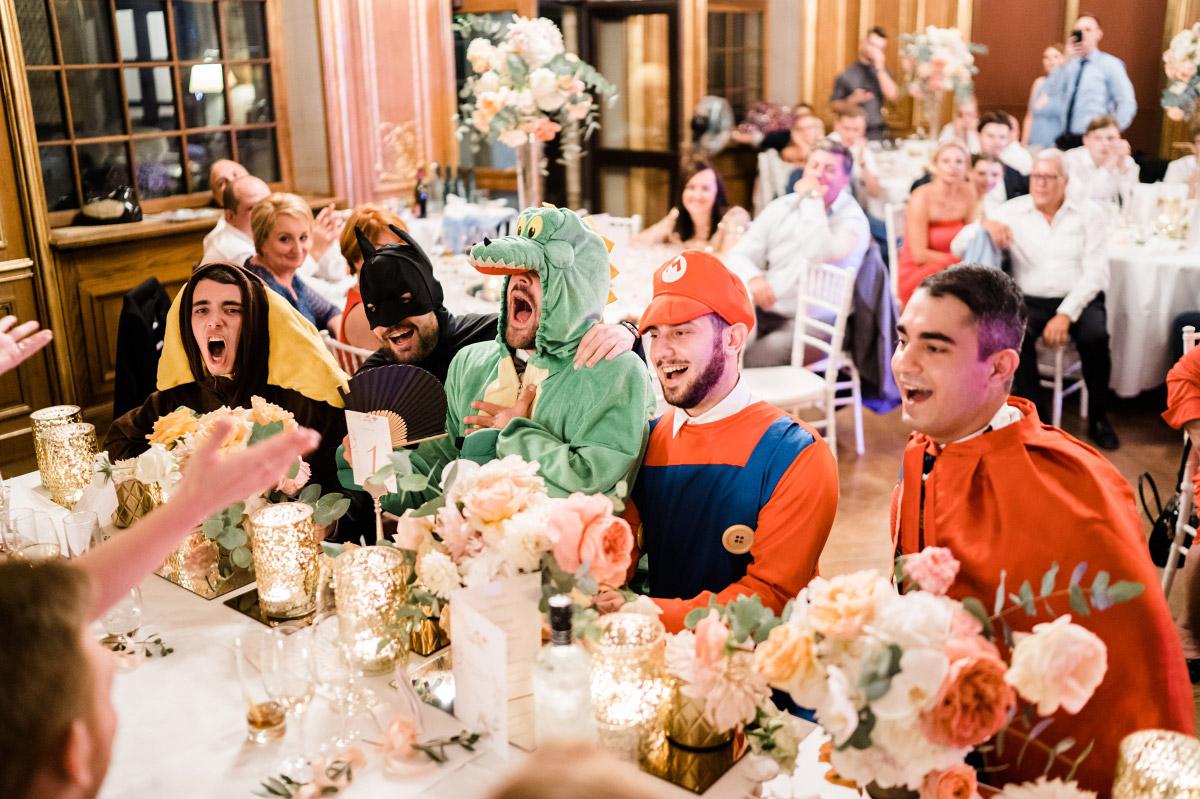 ausgelassene Hochzeitsfeier - Schlosshotel Berlin Hochzeitsfotograf © www.hochzeitslicht.de