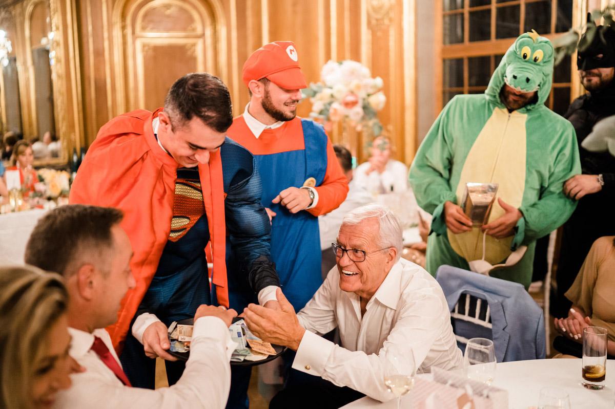 lustige Hochzeitsfeier - Schlosshotel Berlin Hochzeitsfotograf © www.hochzeitslicht.de