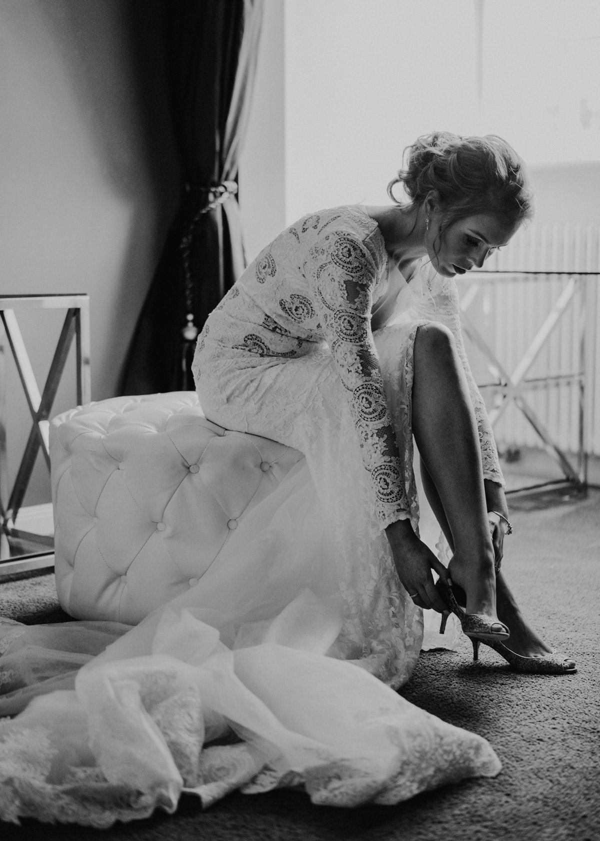 Olvis Spitzen-Brautkleid mit langer Schleppe - Schloss Kartzow Hochzeitsfotograf © www.hochzeitslicht.de