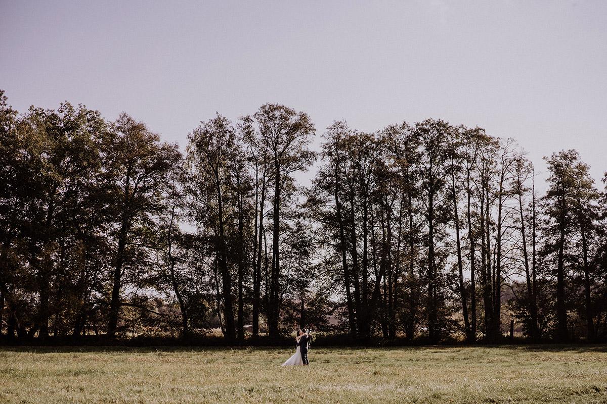romantisches Brautpaarfoto Landhochzeit - Spreewaldresort Seinerzeit Hochzeitsfotograf © www.hochzeitslicht.de