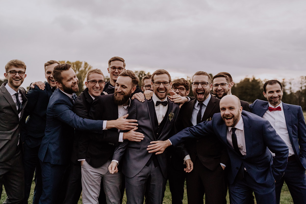 Gruppenfoto Bräutigam mit männlichen Gästen - Spreewaldresort Seinerzeit Hochzeitsfotograf © www.hochzeitslicht.de