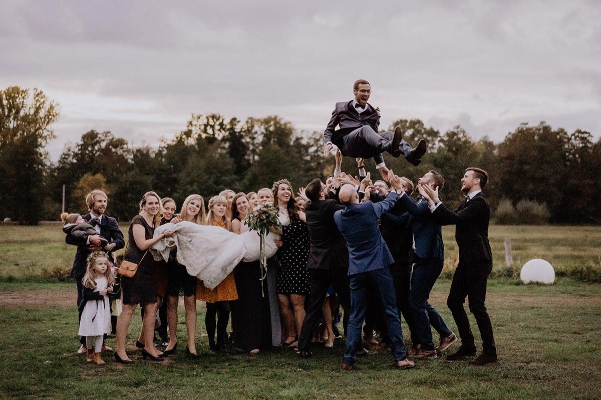 lustiges Gruppenfoto Spreewaldhochzeit - Spreewaldresort Seinerzeit Hochzeitsfotograf © www.hochzeitslicht.de
