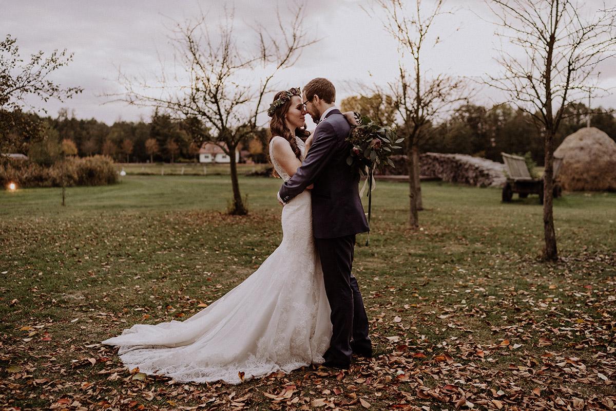 romantisches Brautpaarfoto Herbsthochzeit - Spreewaldresort Seinerzeit Hochzeitsfotograf © www.hochzeitslicht.de