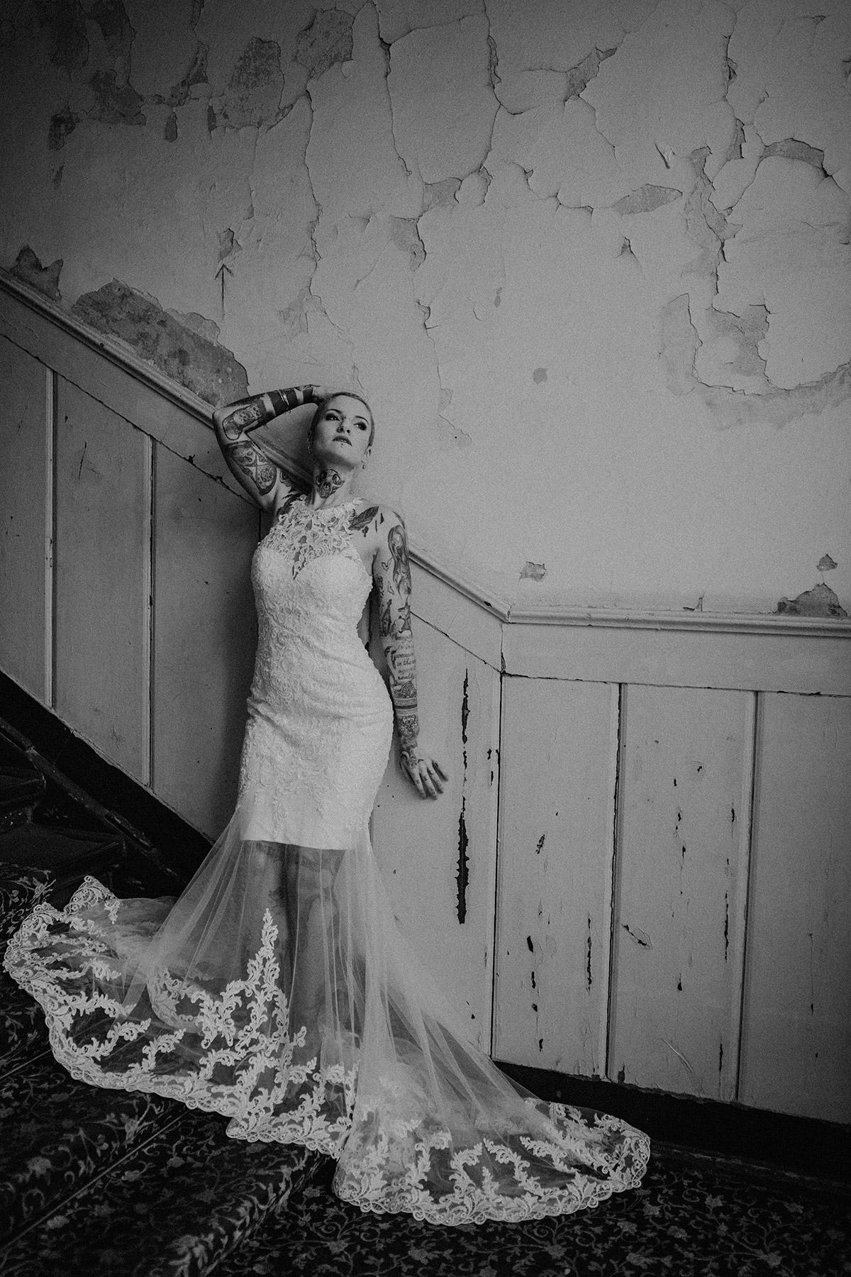 tätowierte Braut bei Indie Hochzeit - The Grand Berlin Hochzeitsfotograf © www.hochzeitslicht.de