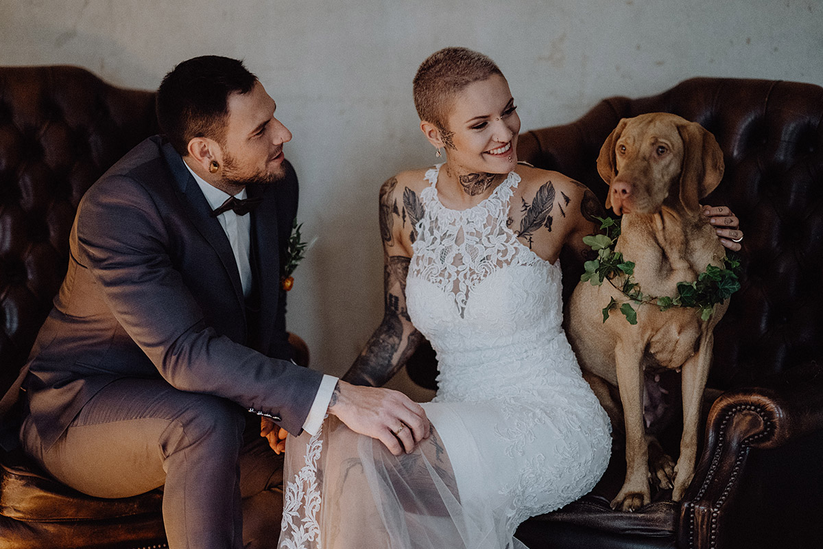 Brautpaarfoto alternative Hochzeit mit Hund - The Grand Berlin Hochzeitsfotograf © www.hochzeitslicht.de