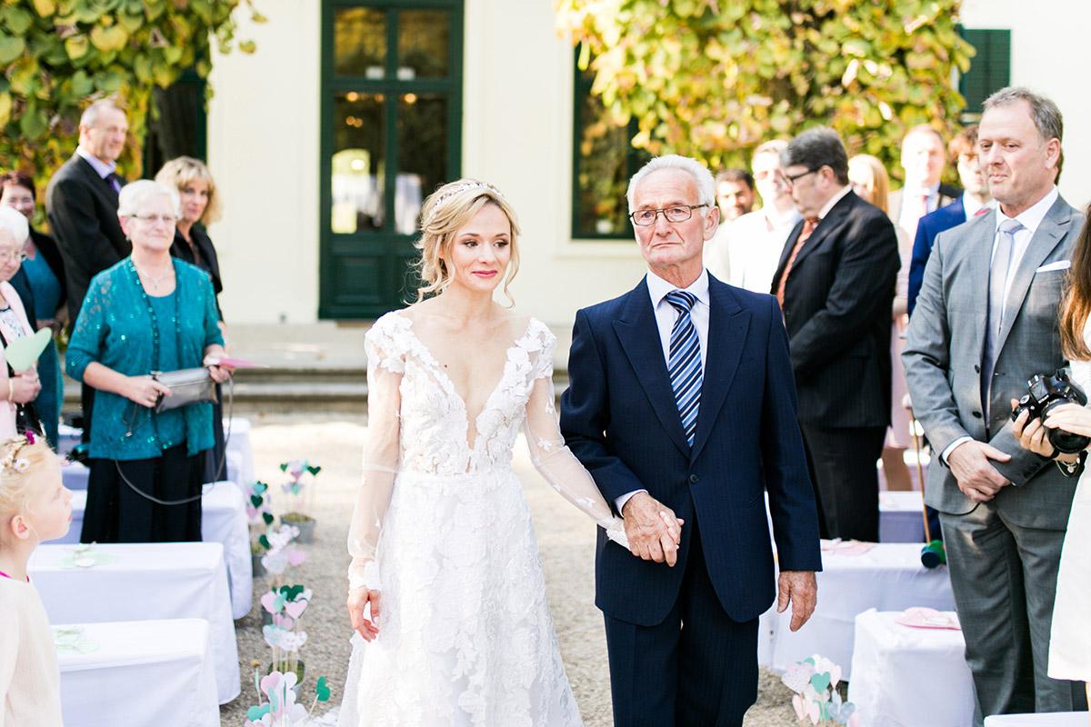 Hochzeitsreportagefoto Einzug Braut - Ochsenstall Schloss Britz Hochzeitsfotograf © www.hochzeitslicht.de