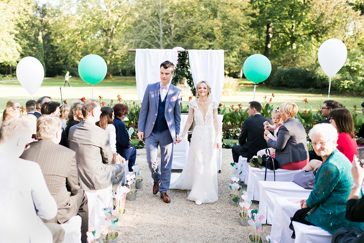 Hochzeitsfoto Auszug Brautpaar Schloss Britz - Ochsenstall Schloss Britz Hochzeitsfotograf © www.hochzeitslicht.de