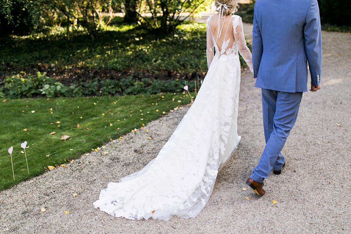Spitzenbrautkleid mit langer Schleppe - Ochsenstall Schloss Britz Hochzeitsfotograf © www.hochzeitslicht.de