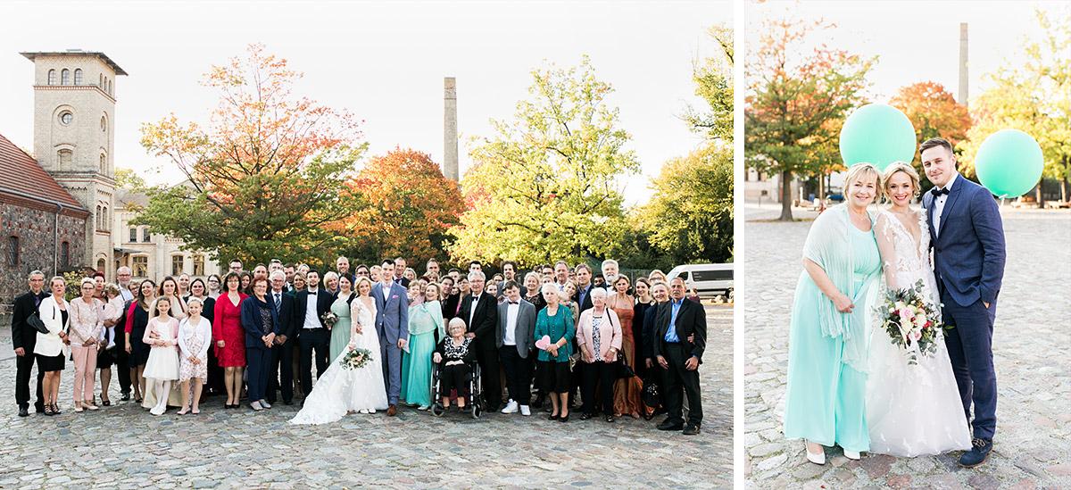 Gruppenfoto Hochzeit - Ochsenstall Schloss Britz Hochzeitsfotograf © www.hochzeitslicht.de