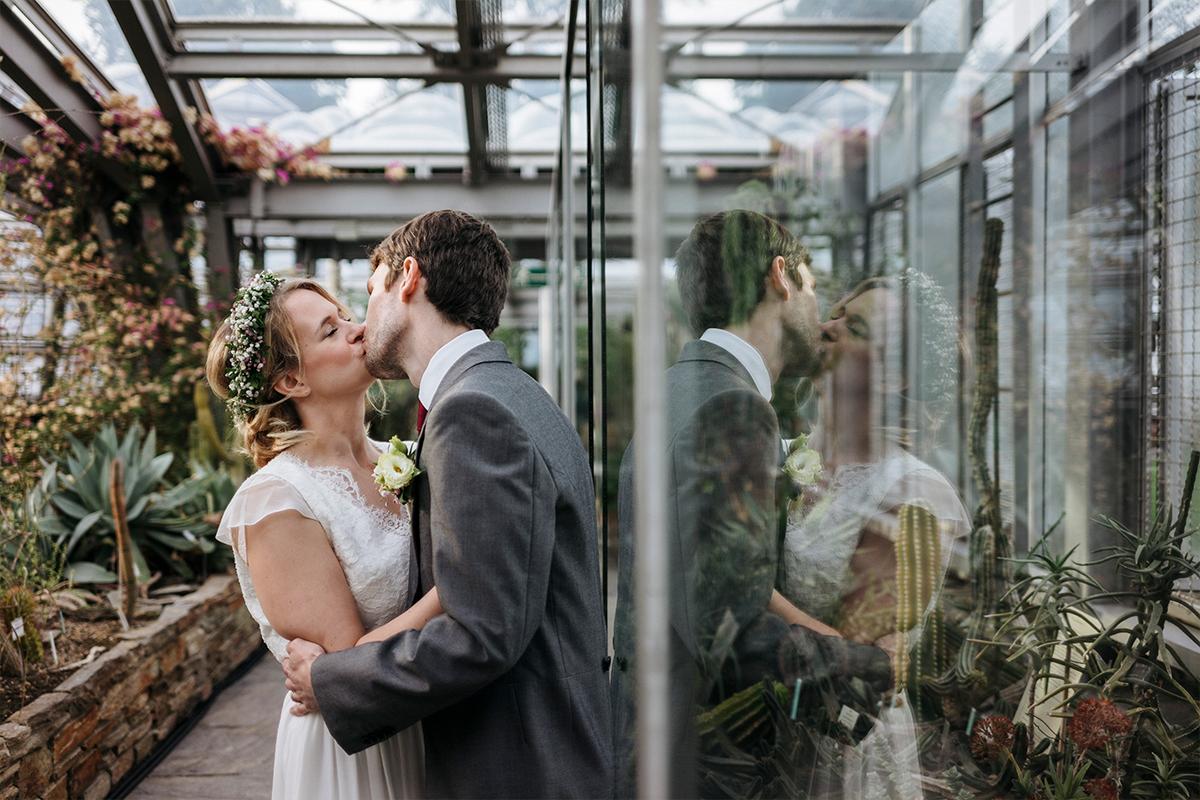 künstlerisches Hochzeitsfoto After Wedding Shooting Gewächshaus - Botanischer Garten Berlin Hochzeitsfotograf © www.hochzeitslicht.de