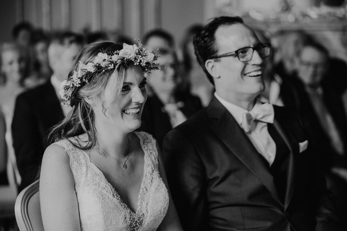 ungestelltes Hochzeitsfoto Brautpaar bei Trauung Ermelerhaus - Spreespeicher Berlin Friedrichshain Hochzeitsfotograf © www.hochzeitslicht.de