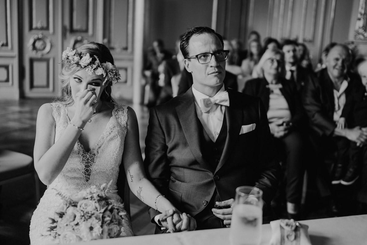 Hochzeitsfotografie gerührtes Brautpaar Trauung Ermelerhaus Berlin-Mitte - Spreespeicher Berlin Friedrichshain Hochzeitsfotograf © www.hochzeitslicht.de