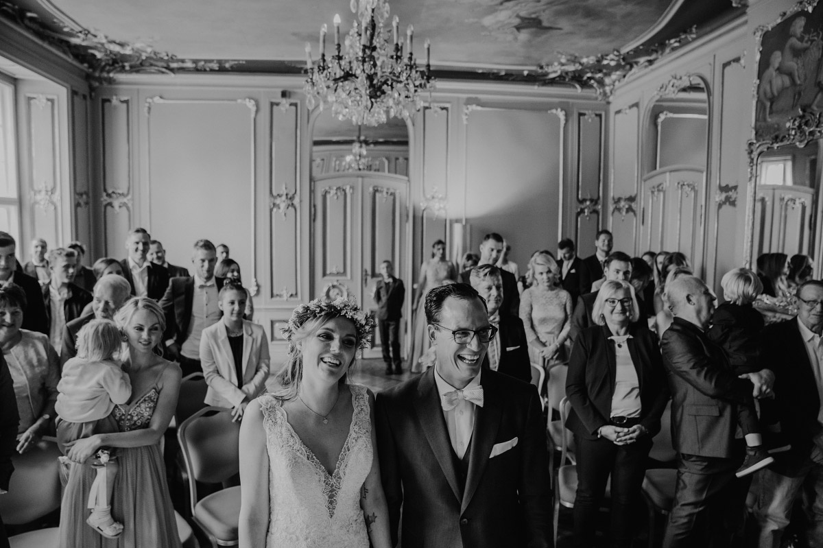 Hochzeitsfoto Brautpaar und Hochzeitsgesellschaft im Ermelerhaus - Spreespeicher Berlin Friedrichshain Hochzeitsfotograf © www.hochzeitslicht.de