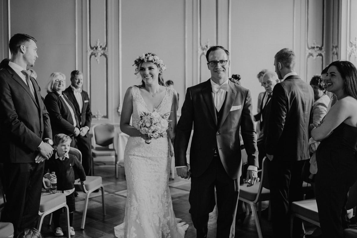 Hochzeitsfotografie Auszug Brautpaar Ermelerhaus - Spreespeicher Berlin Friedrichshain Hochzeitsfotograf © www.hochzeitslicht.de