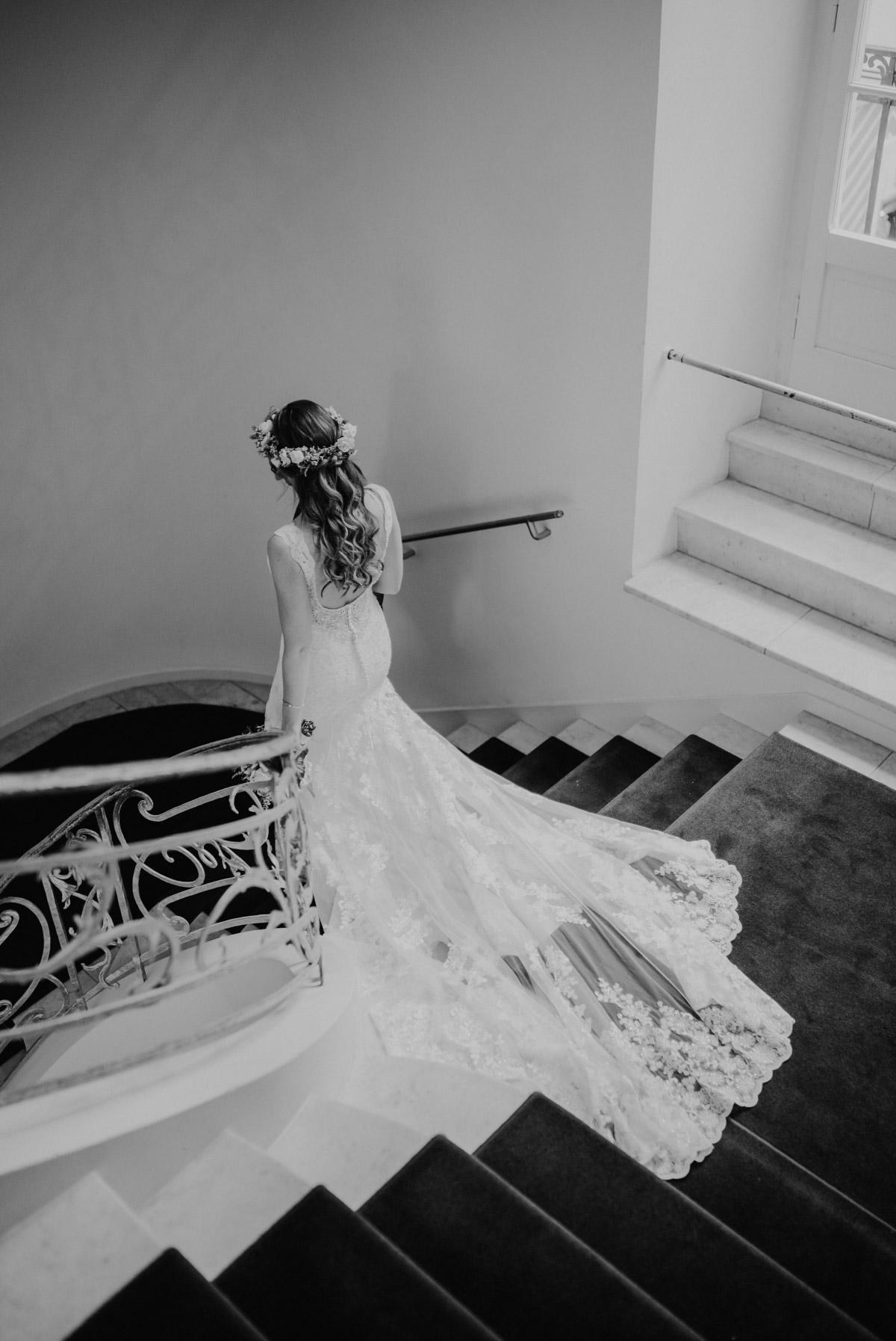 Braut mit langer Spitzenschleppe - Spreespeicher Berlin Friedrichshain Hochzeitsfotograf © www.hochzeitslicht.de