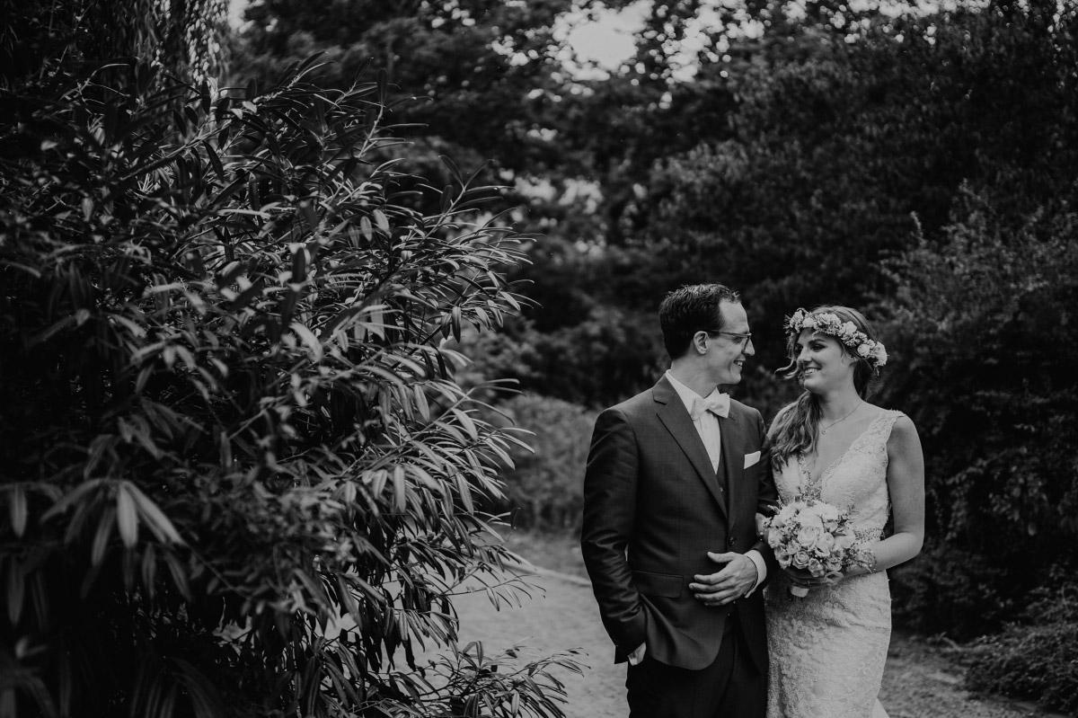 Brautpaarfoto im Grünen - Spreespeicher Berlin Friedrichshain Hochzeitsfotograf © www.hochzeitslicht.de