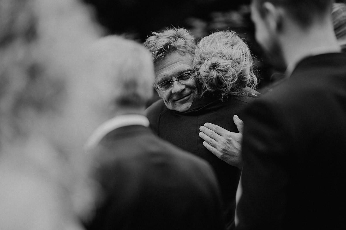 Gratulation nach standesamtlicher Trauung gleichgeschlechtliche Hochzeit - Paulsborn am Grunewaldsee Hochzeitsfotograf © www.hochzeitslicht.de