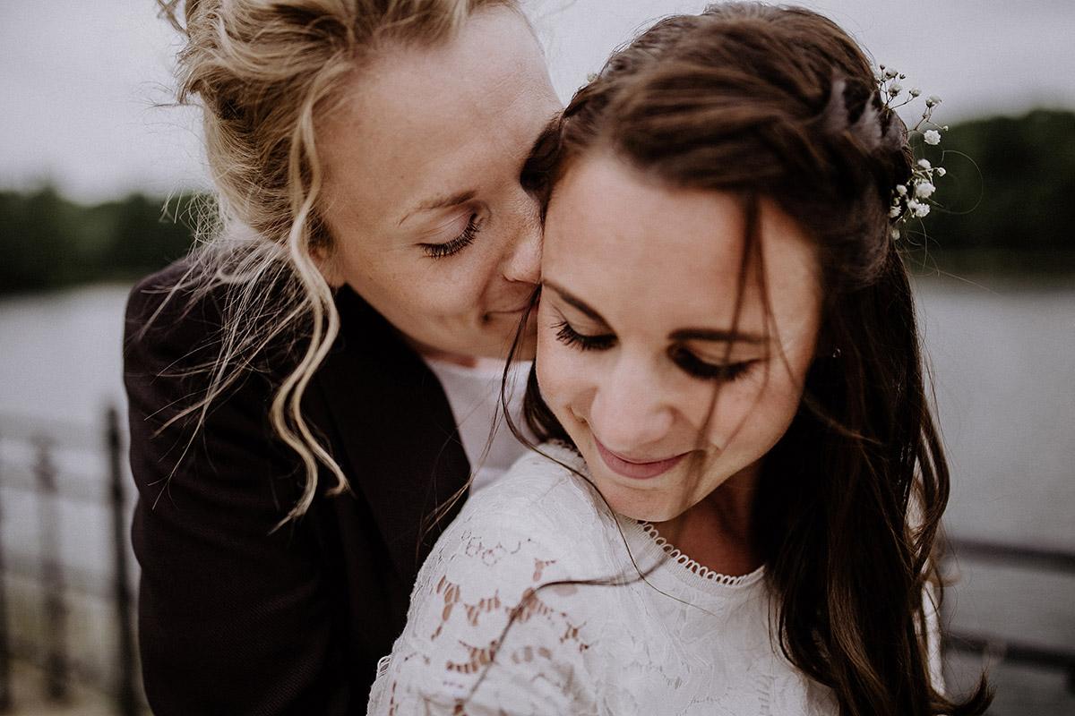 verliebtes Hochzeitsfoto Braut und Braut - Paulsborn am Grunewaldsee Hochzeitsfotograf © www.hochzeitslicht.de