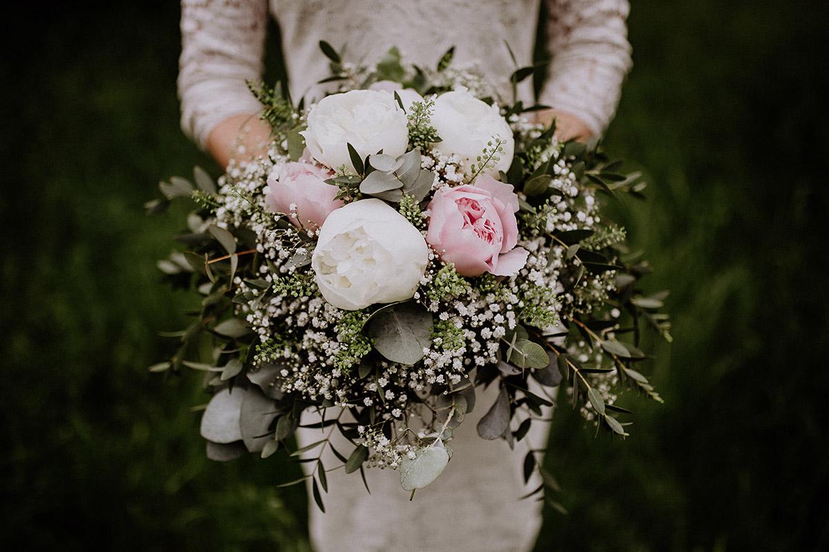 Brautstrauß mit Pfingstrosen in weiß und rosa - Paulsborn am Grunewaldsee Hochzeitsfotograf © www.hochzeitslicht.de