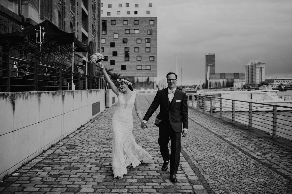 Hochzeitsreportage Einzug Brautpaar Hochzeitslocation - Spreespeicher Berlin Friedrichshain Hochzeitsfotograf © www.hochzeitslicht.de