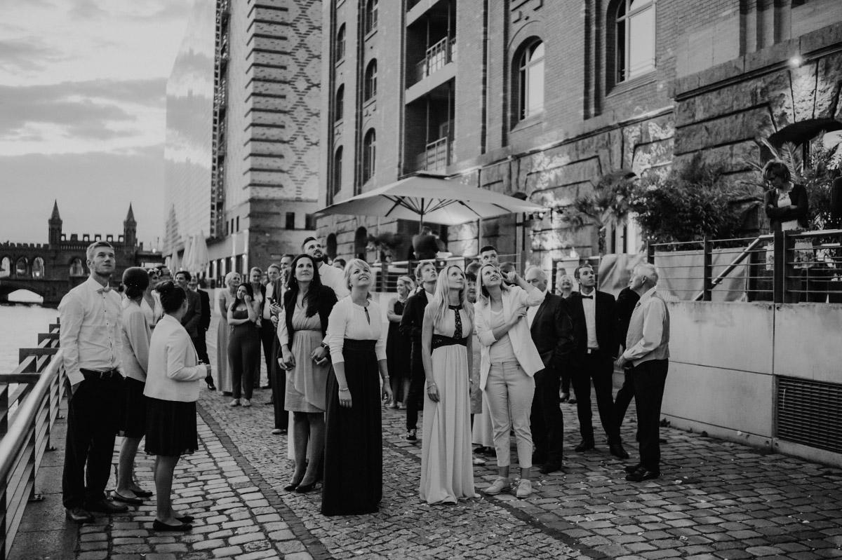 Hochzeitsreportagefoto Gäste beim Luftballons Steigenlassen Hochzeit - Spreespeicher Berlin Friedrichshain Hochzeitsfotograf © www.hochzeitslicht.de