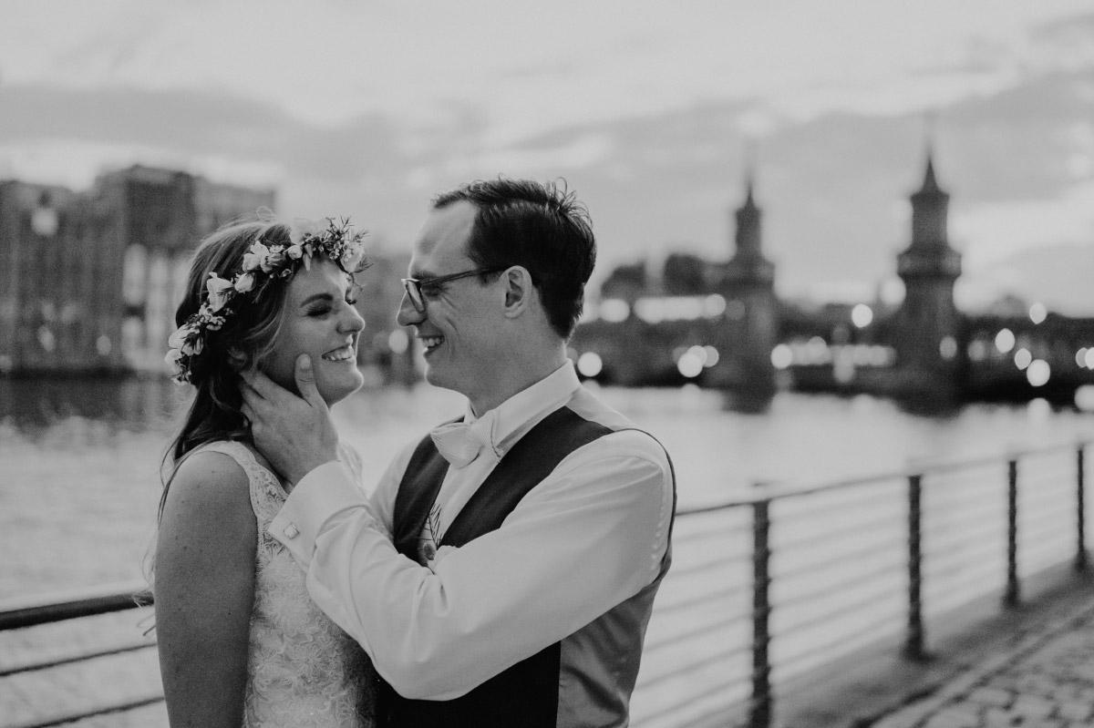 verliebtes Hochzeitsfoto Brautpaar an Spree - Spreespeicher Berlin Friedrichshain Hochzeitsfotograf © www.hochzeitslicht.de