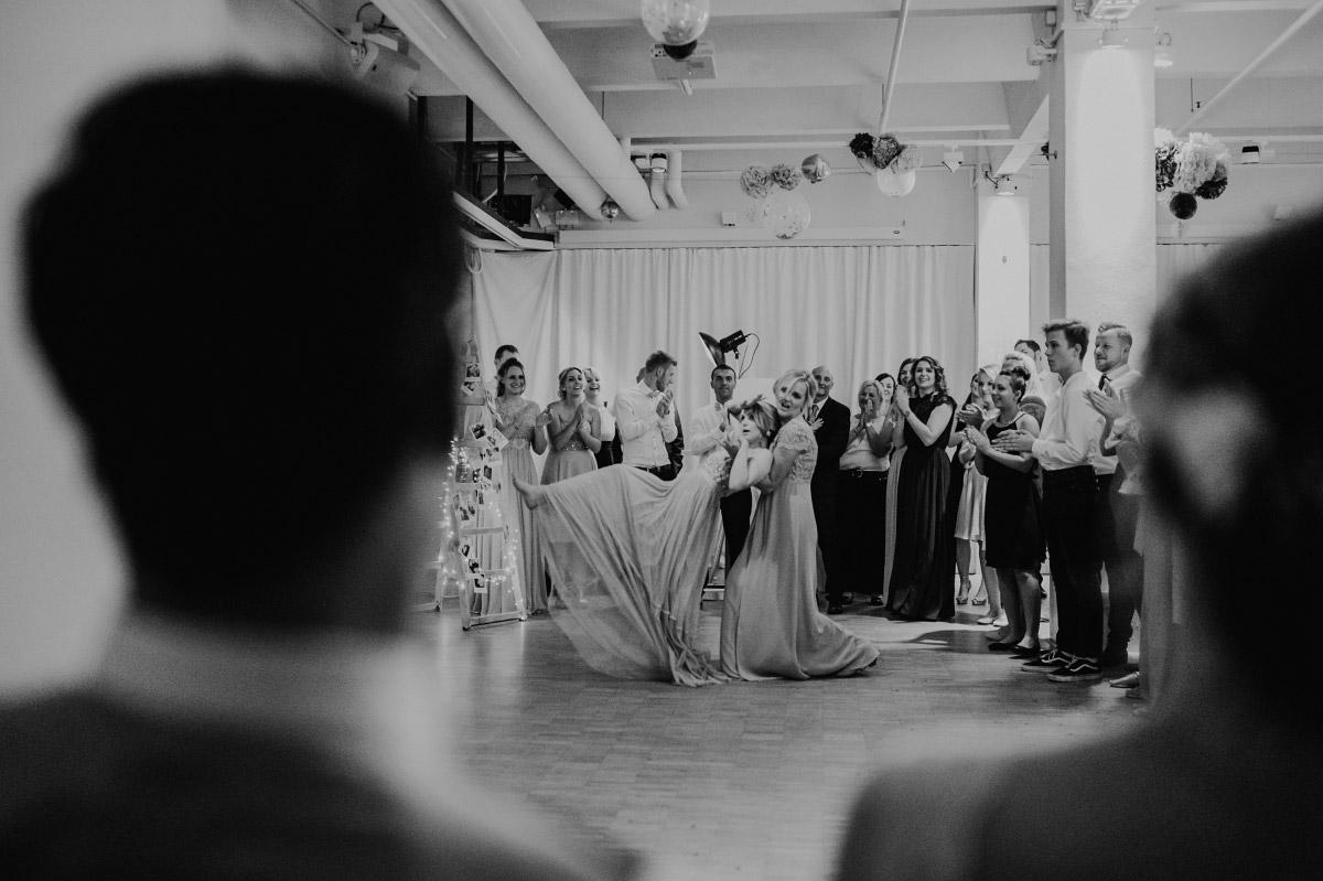 Tanzperformance Gäste Hochzeitsfeier Capitol Yard Golf Lounge- Spreespeicher Berlin Friedrichshain Hochzeitsfotograf © www.hochzeitslicht.de