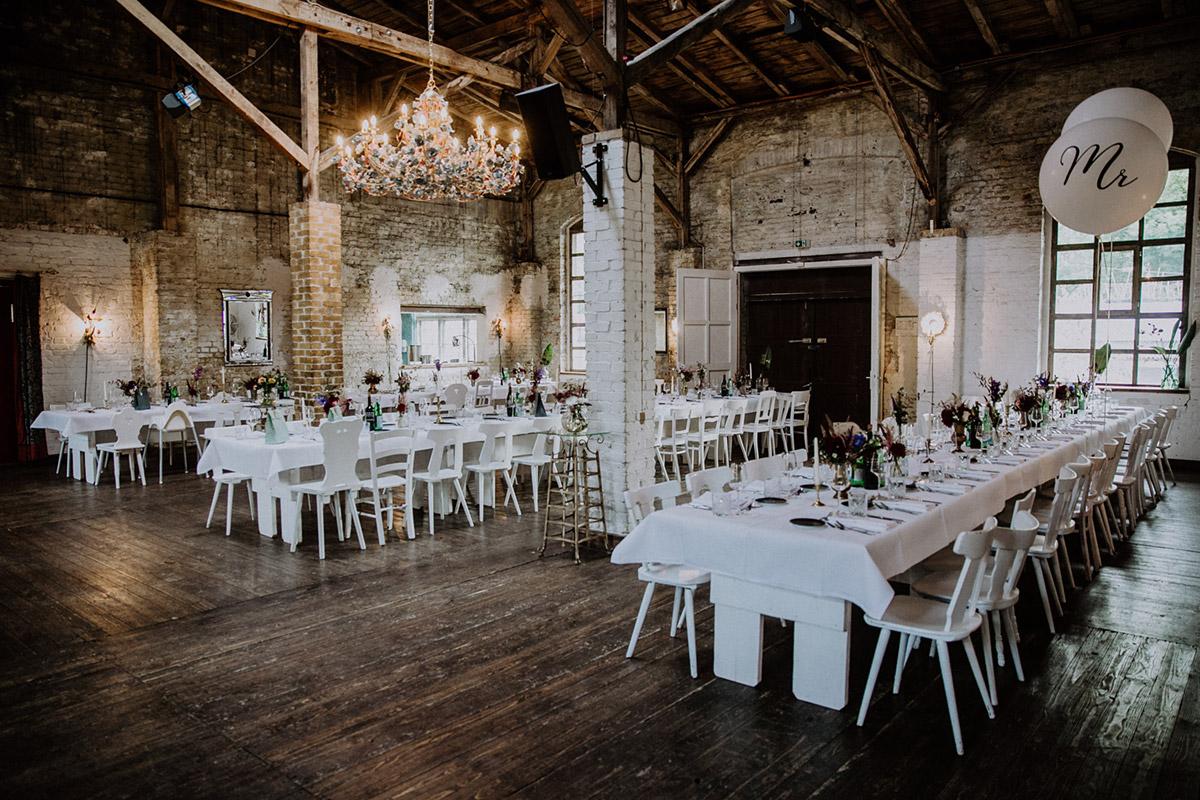geschmückter Festsaal elegante Boho-Hochzeit - Von Greifswald Berlin Hochzeitsfotograf © www.hochzeitslicht.de