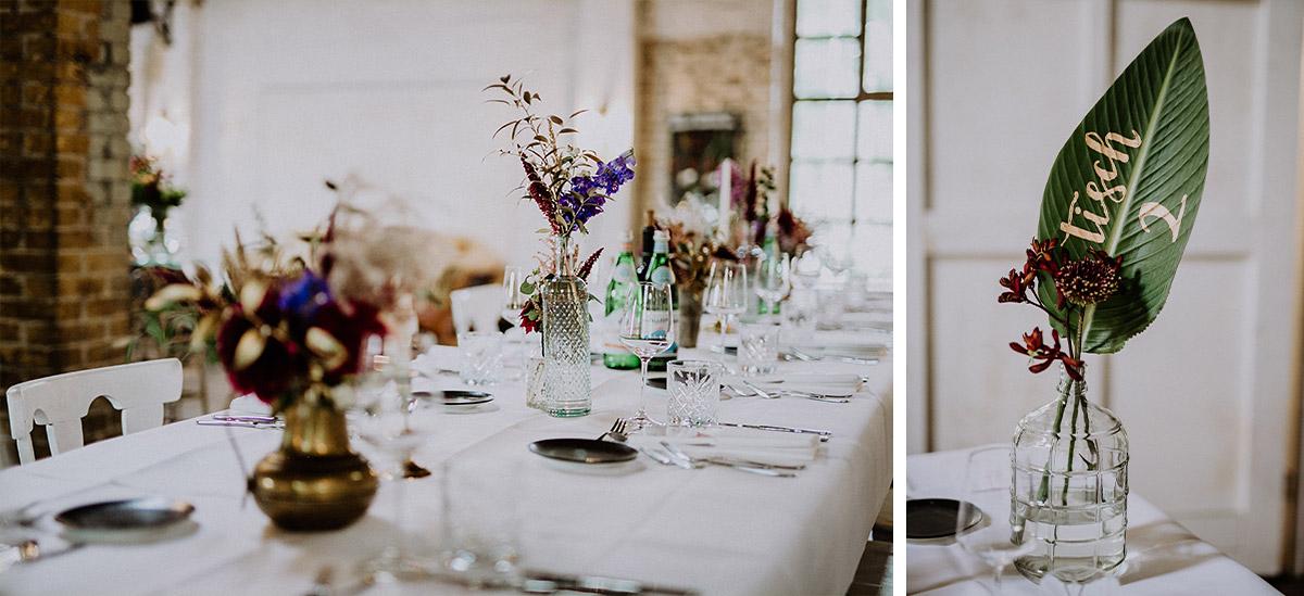 Tischdekoration urbane Sommerhochzeit mit tropischen Blättern als Tischkarten - Von Greifswald Berlin Hochzeitsfotograf © www.hochzeitslicht.de