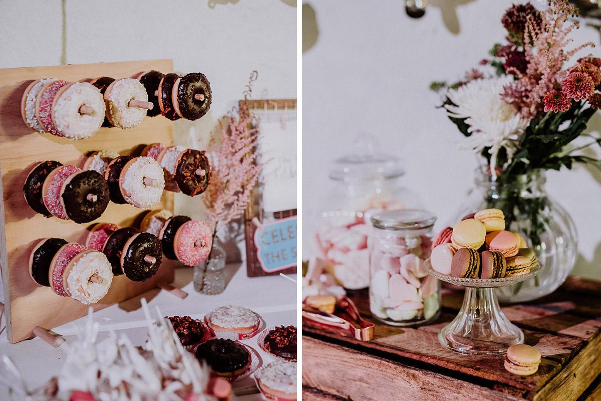 moderne Candybar mit Donuts, Cupcakes und Macarons - Von Greifswald Berlin Hochzeitsfotograf © www.hochzeitslicht.de