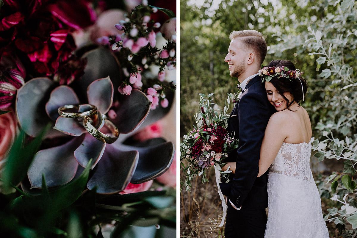 Detailfoto Eheringe auf Brautstrauß mit Sukkulenten und Blumen in verschiedenen Rot-, Rosa- und Lilatönen- Von Greifswald Berlin Hochzeitsfotograf © www.hochzeitslicht.de