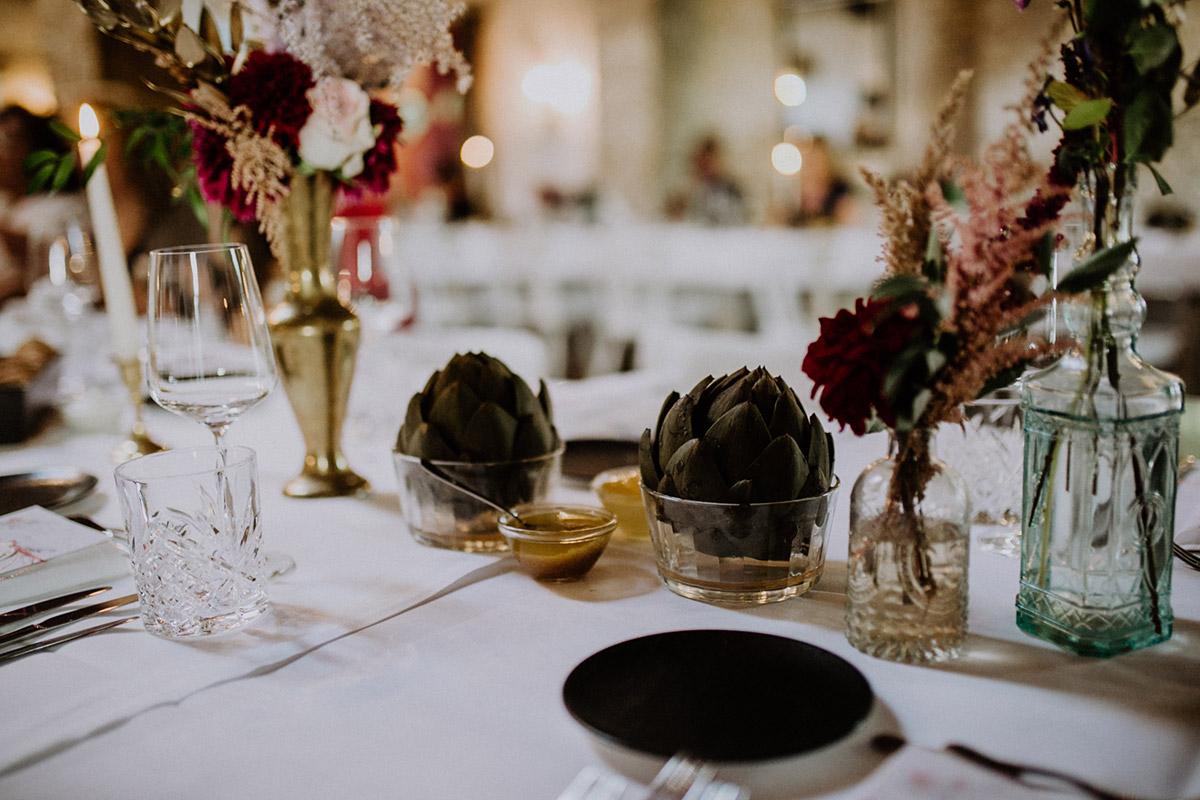 Tischdekoration Hochzeit in Gold und Grün mit Artischocken - Von Greifswald Berlin Hochzeitsfotograf © www.hochzeitslicht.de