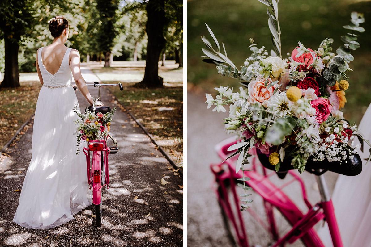Hochzeitsfoto Braut mit Holland-Fahhrrad und Blumenstrauß mit Rosen in Pastelltönen und Eukalyptus - Schloss Schönhausen Hochzeitsfotograf © www.hochzeitslicht.de