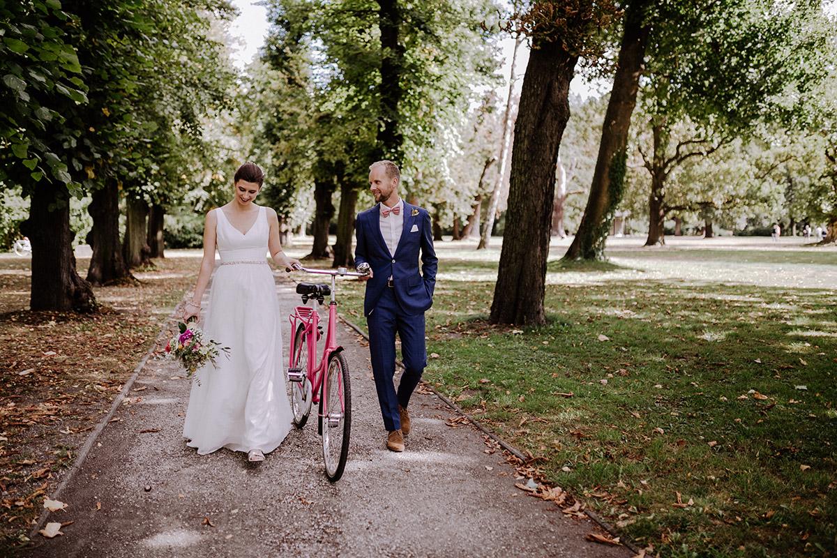 Hochzeitsfoto Brautpaarfotoshooting mit Holland-Fahrrad - Schloss Schönhausen Hochzeitsfotograf © www.hochzeitslicht.de