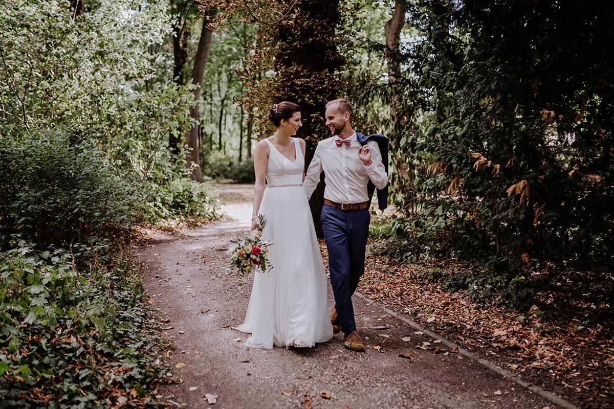natürliches Hochzeitsfoto Brautpaar in Park - Schloss Schönhausen Hochzeitsfotograf © www.hochzeitslicht.de