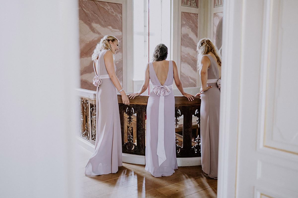 Hochzeitsreportagefoto Brautjungfern warten auf Braut - Schloss Friedrichsfelde Hochzeitsfotograf © www.hochzeitslicht.de