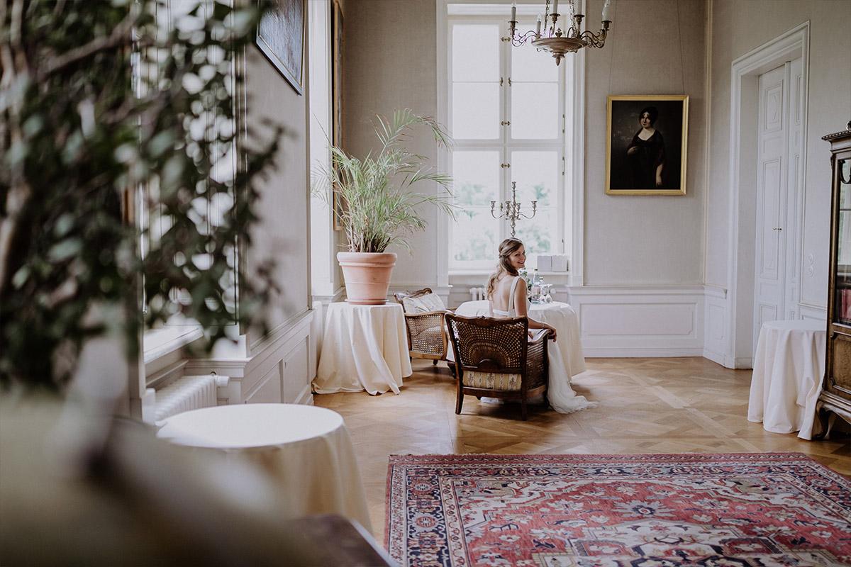 Hochzeitsreportagefoto wartende Braut - Schloss Friedrichsfelde Hochzeitsfotograf © www.hochzeitslicht.de