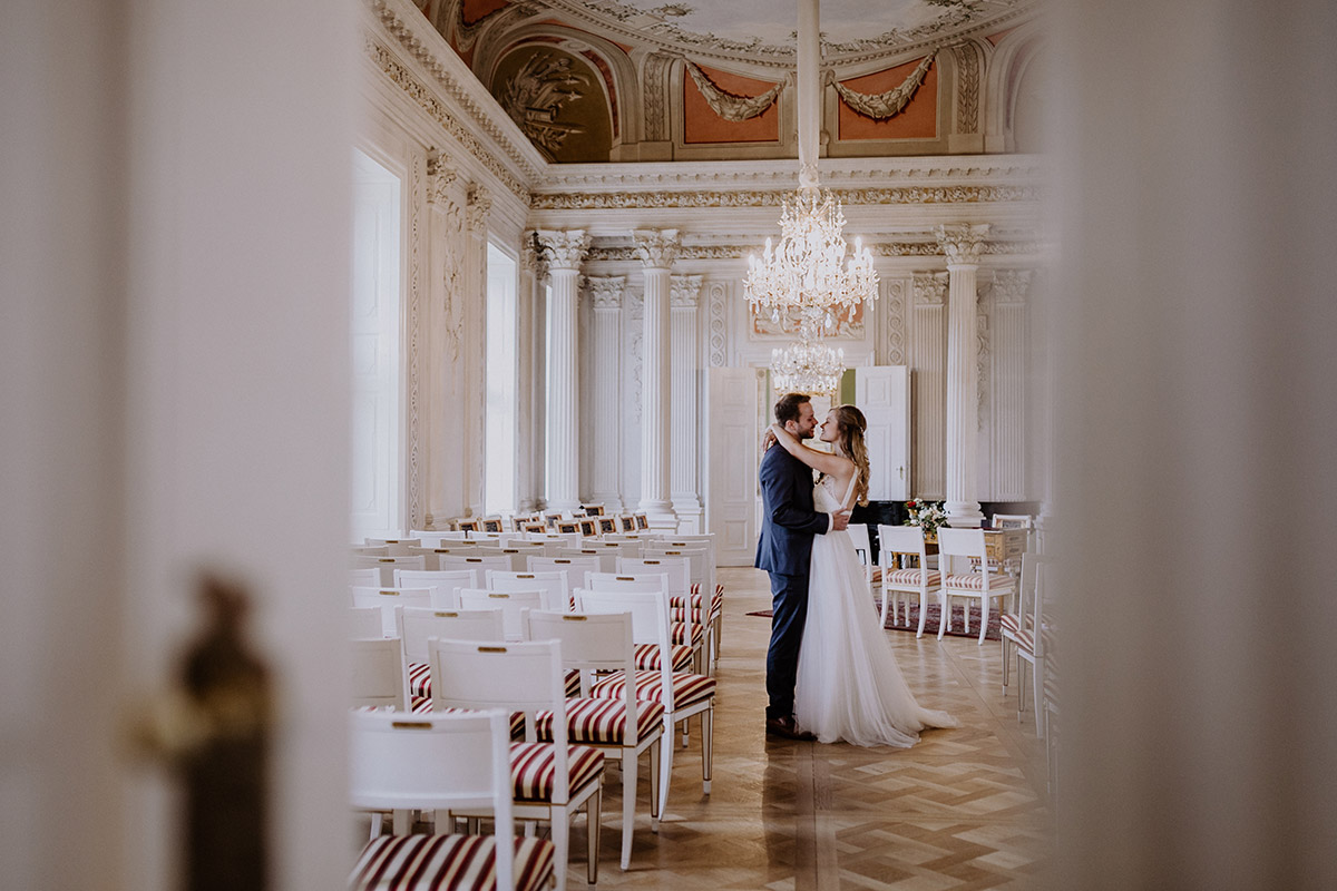 Momentaufnahme Brautpaar nach Trauung - Schloss Friedrichsfelde Hochzeitsfotograf © www.hochzeitslicht.de