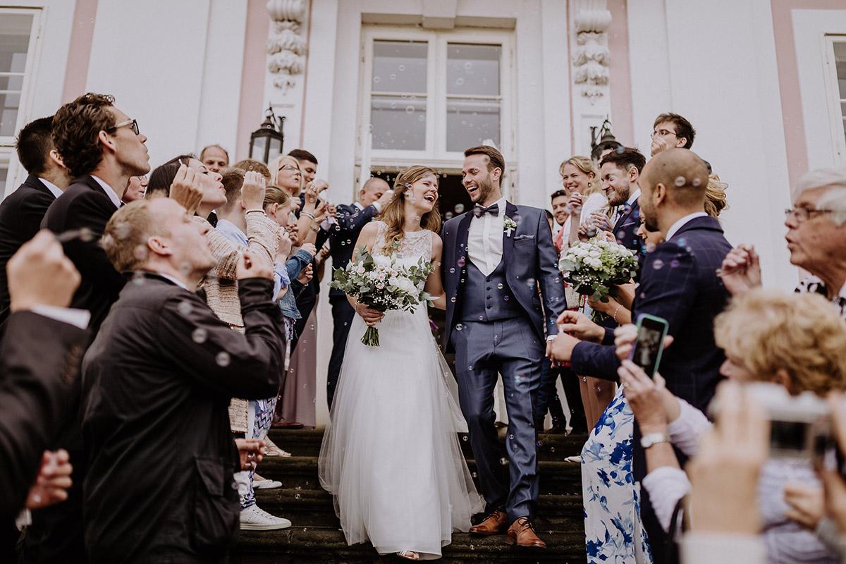 Auszug Brautpaar Spalier Seifenblasen - Schloss Friedrichsfelde Hochzeitsfotograf © www.hochzeitslicht.de