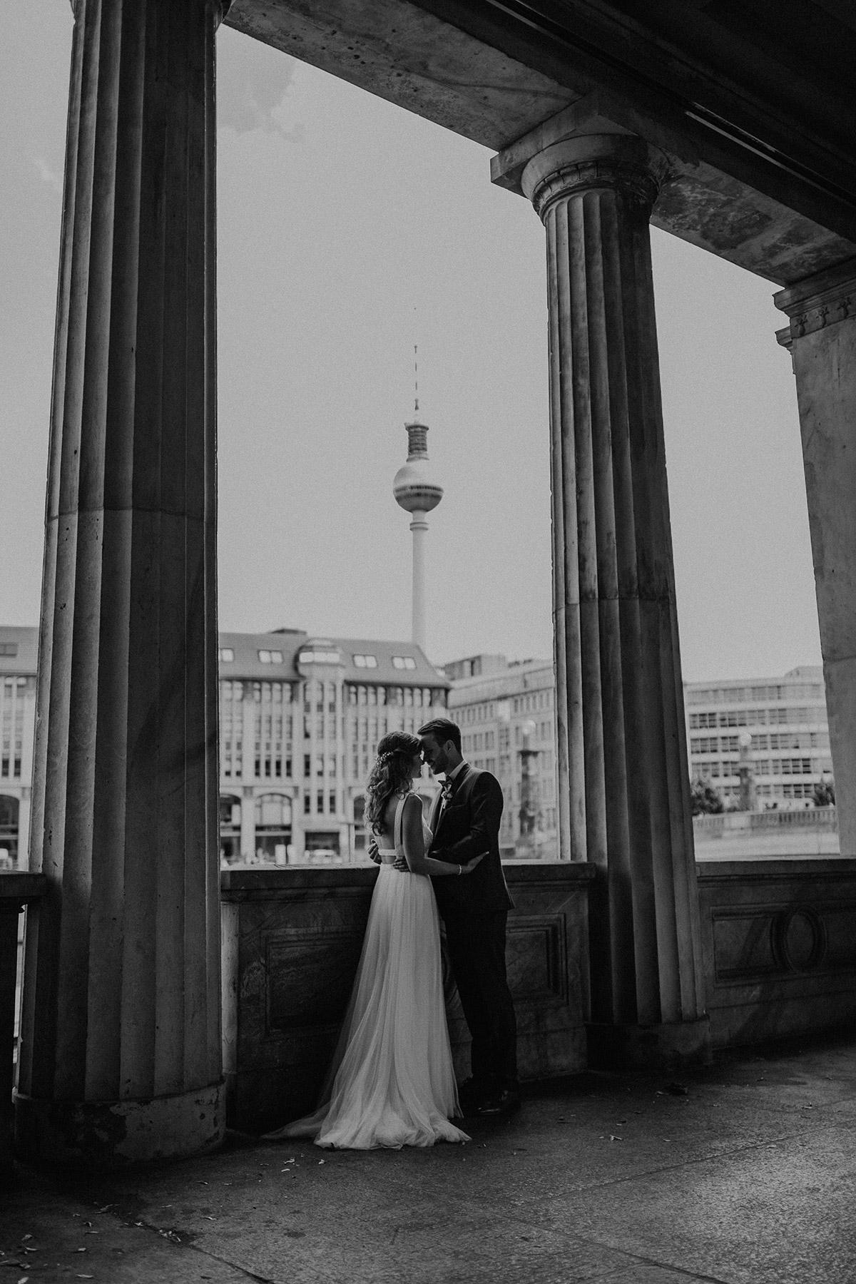 Hochzeitsfoto Brautpaar Berlin-Mitte - Schloss Friedrichsfelde Hochzeitsfotograf © www.hochzeitslicht.de