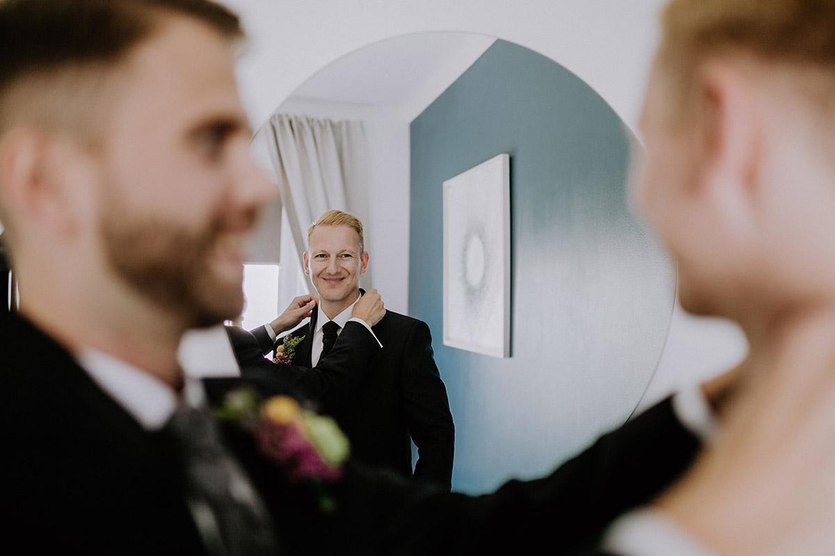 Hochzeitsfoto Ankleiden gay wedding - Old Smithy's Dizzle Alte Schmiede Berlin Hochzeitsfotograf © www.hochzeitslicht.de